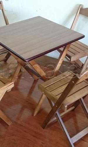 Mesas e cadeiras de madeira